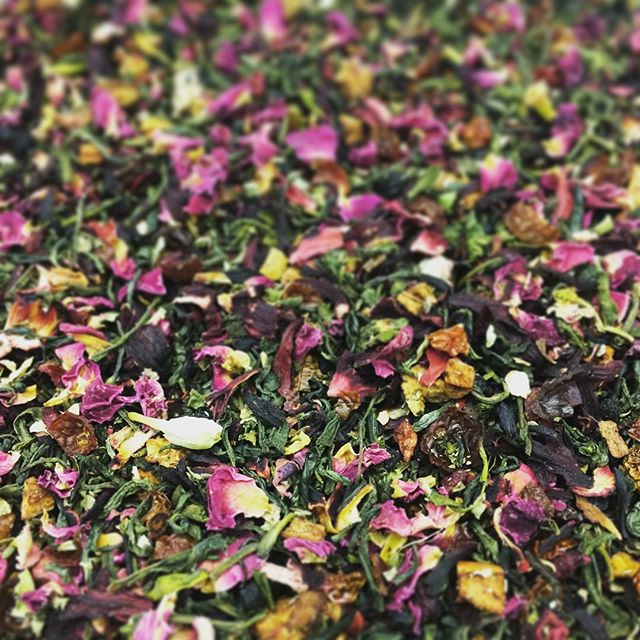 Freshly blended Coles Corner from our collection dedicated to Sheffield. Vintage, Fruity & Romanic. A tribute to the city centre lovers of yester year  (ask ya nan!) #sheffield #tea #rosepetals #jasmine #looseleaftea